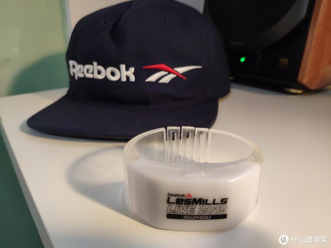 帽子设计中规中矩、Logo硕大