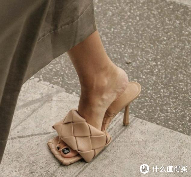 """凉鞋彻底Out啦!今夏最时髦的""""瘦窄鞋""""正值巅峰"""