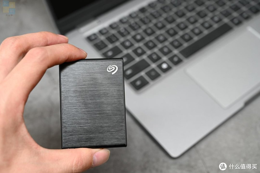 小巧便携数据后备箱,备份传文件好帮手,希捷小铭固态移动硬盘上手