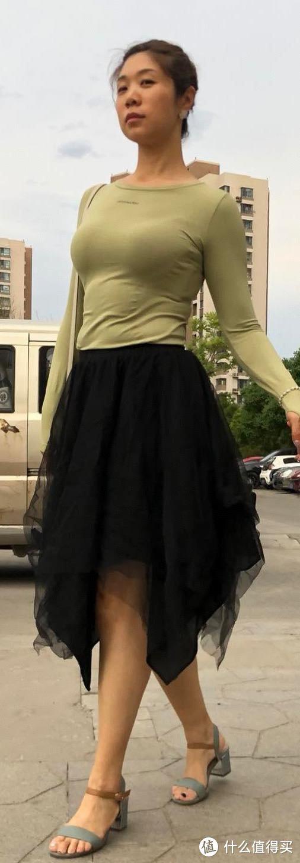 上衣是运动服,换双平底鞋就可以跳舞了