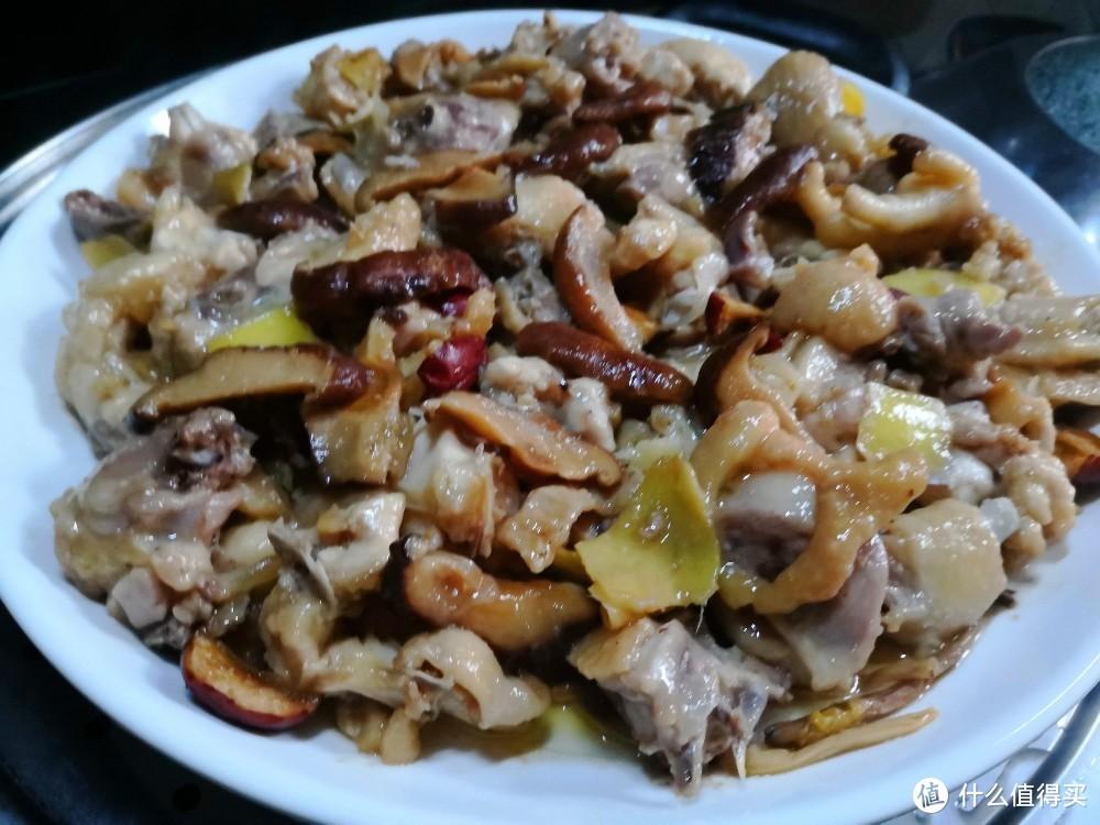 家庭蒸滑鸡/这样做法突出鸡肉鲜中微带菇香,肉质油嫩爽滑而吃之不腻!!