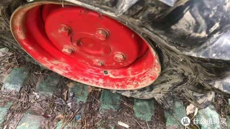 救援用的拖拉机,车胎憋了。