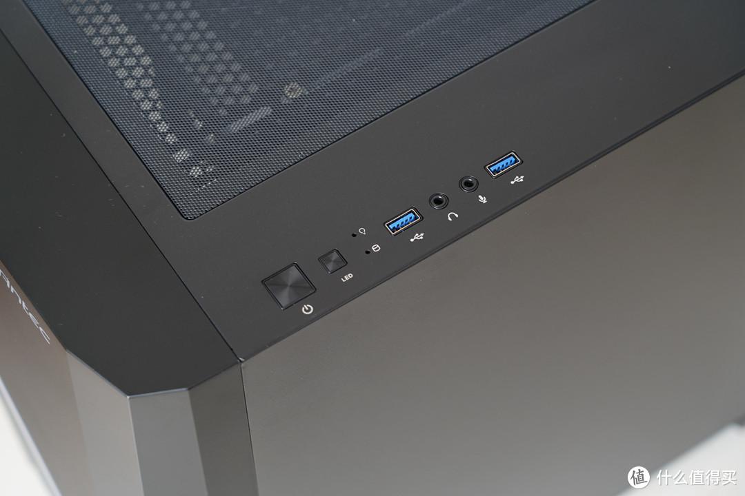 机箱接口方面分别是开机键、RGB灯条控制按键、硬盘及电源指示灯、2个USB3.0接口以及耳机麦克风插口。
