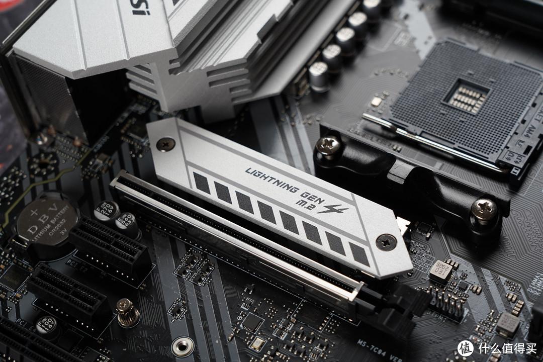 PCIe插槽方面,提供2个PCIe X 16插槽,靠近CPU插槽的PCIe X 16插槽最高支持PCIe 4.0 X 16,另一条最高支持PCIe 3.0 X 4模式;M.2接口方面提供了两个,靠近CPU插槽带散热装甲的一个最高支持PCIe 4. 0 X 4模式,PCIe 4.0 X 4的M.2接口峰值带宽达到64Gbps,同时支持SATA模式和PCIe 3.0模式;第二个接口仅支持PCIe 3.0 X 4模式,接口带宽为32Gbps。
