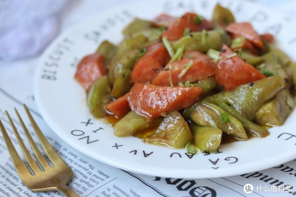晚餐不知道吃什么,2根丝瓜,一切一炒,上桌大受欢迎
