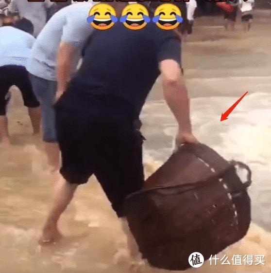 大雨后的广东,老大爷自带工具上街捉鱼,网友:我也想去