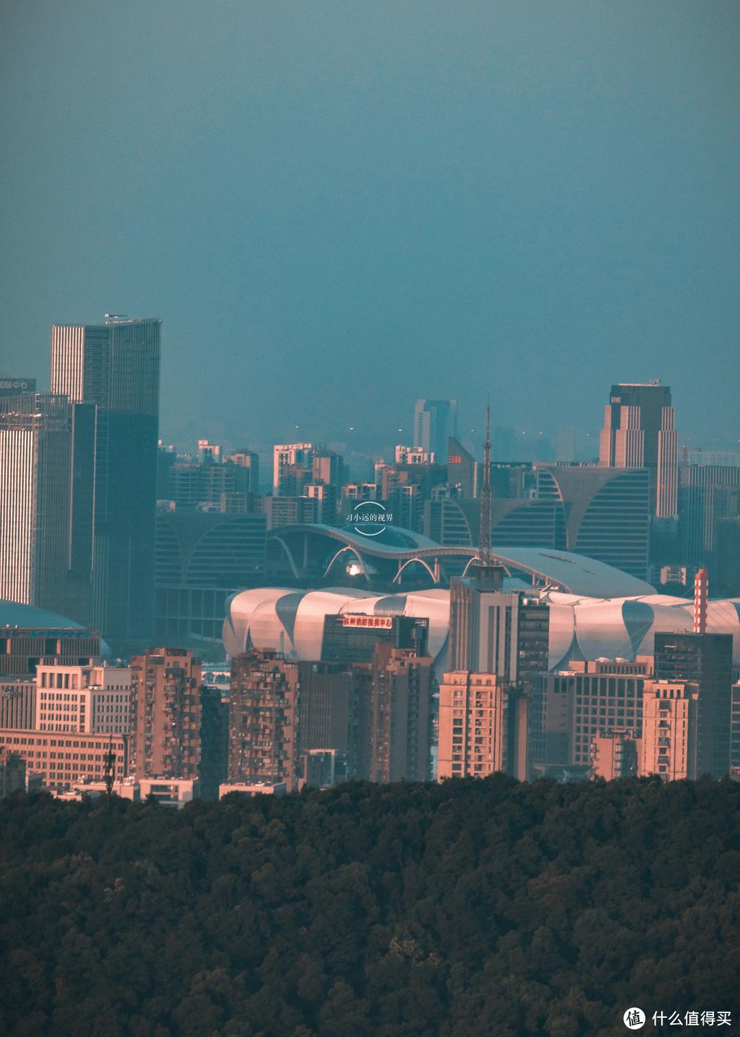 杭州拍摄打卡,南高峰是个好地方,雷峰塔和城隍阁三点一线由此拍