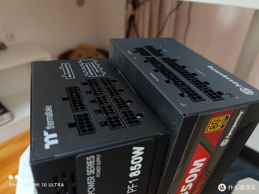 囧,Tt这个小了一圈,倒是体积兼容度更好了,不少小型MATX甚至大号ITX机箱也能塞进去