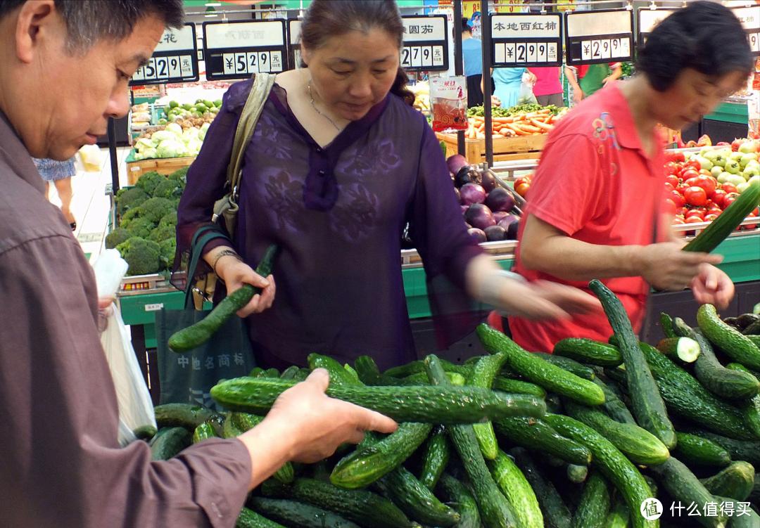 """买黄瓜时,选直的还是弯的好?记住这3点,轻松辨别""""激素黄瓜"""""""