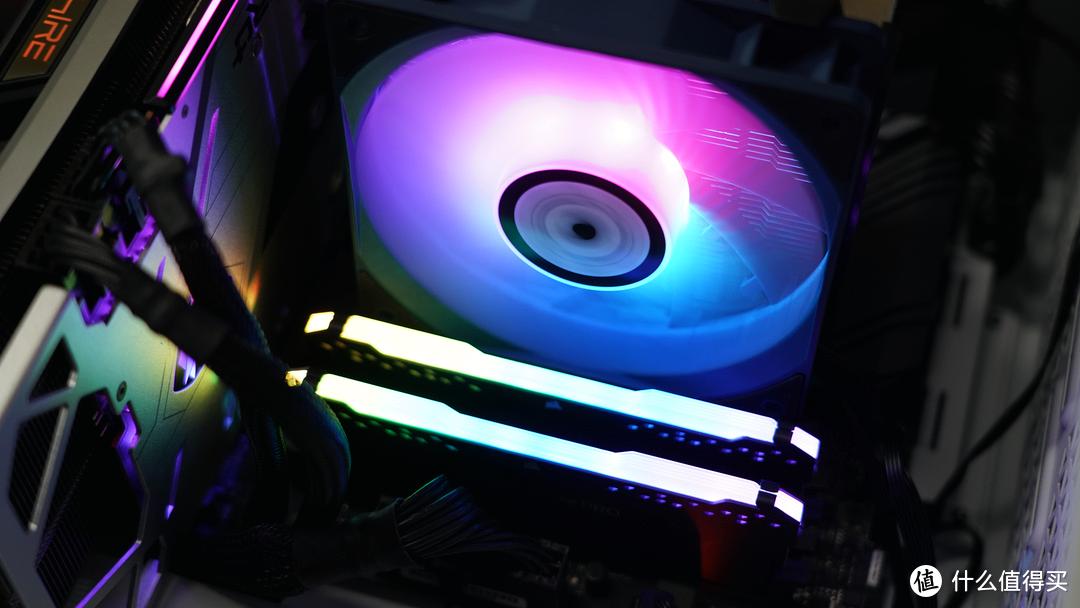 灯色均匀柔和,散热器的RGB灯效还不错。且散热器在兼容性上的设计也还不错,起码不会遮挡内存