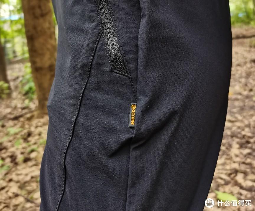 黑色徒步裤,细节满分,拉链处也有防水处理,下雨时短时应急应该没问题!!