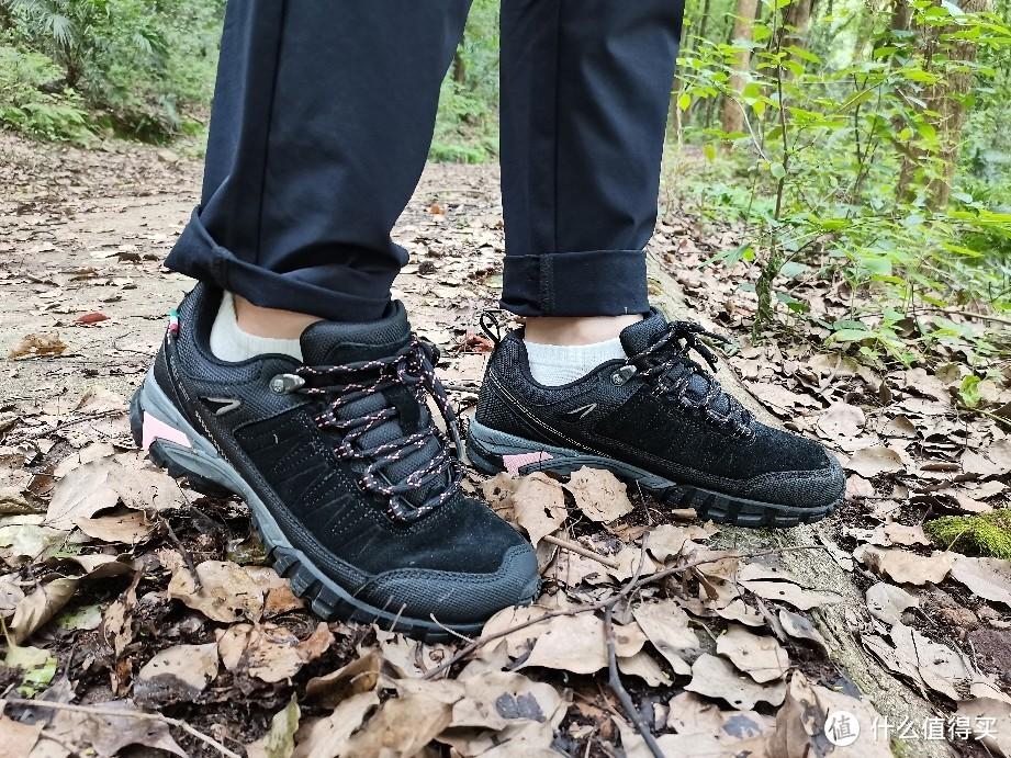 橡胶鞋底+3M科技+防泼水反毛皮,多季节可穿!鞋底凹槽设计合理,抓地力和减震都ok!最主要的是,对我而言这个新鞋不磨脚!