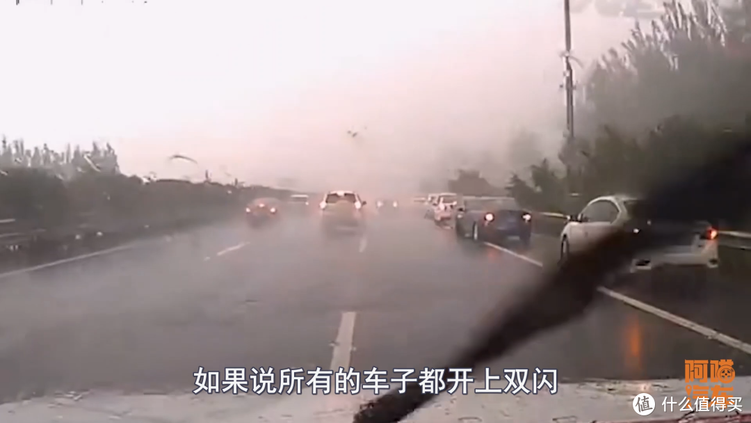 高速突遇大雾,到底开雾灯还是双闪,开错了容易出交通事故