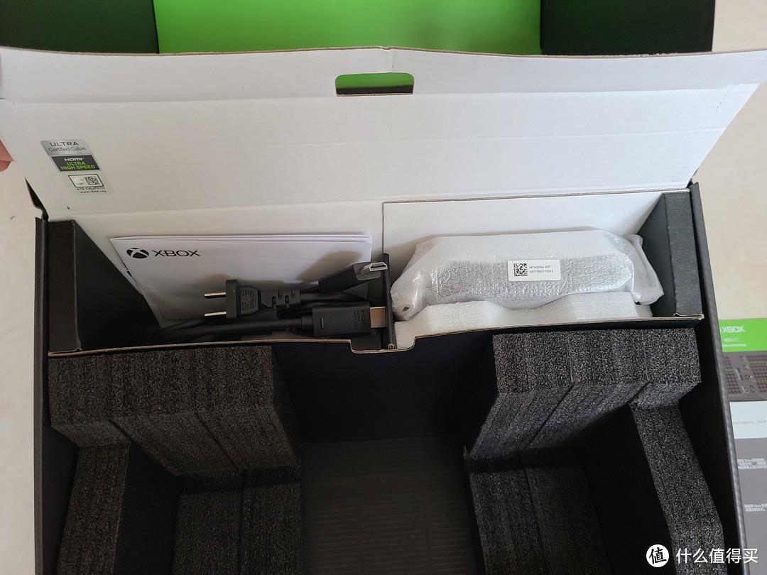 上方是,电缆线+HDMI线+手柄+说明书