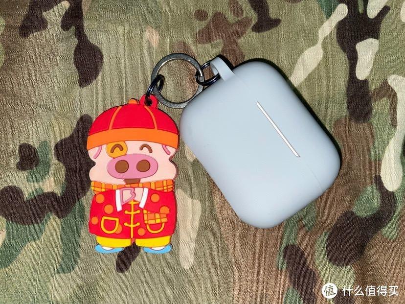 麦兜软胶公交卡,其实只能在上海用,但我喜欢麦兜就买了当个挂饰,AirPods pro,音乐很重要,钥匙环都是钛的,这是打算挂车钥匙的,车还没到货