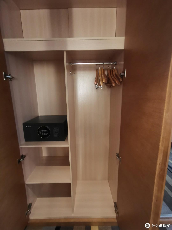 保险箱和衣柜