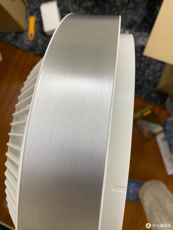 风叶罩和底座都有金属拉丝外壳,质感和颜值非常好,与大多数电风扇的塑料感一下子就拉开了档次差距