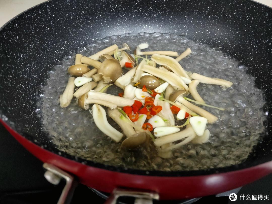 真正的清水煮牛肉片,实在是太鲜美了!儿子不吃肉光喝汤了