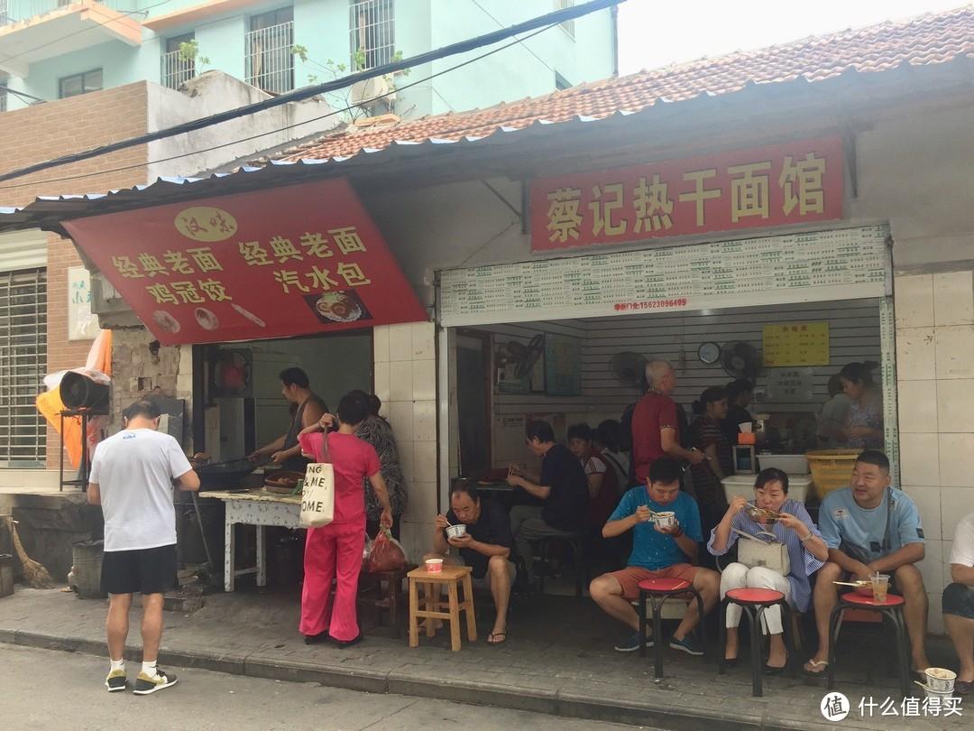 坐在门口吃热干面也是武汉过早的一条风景线