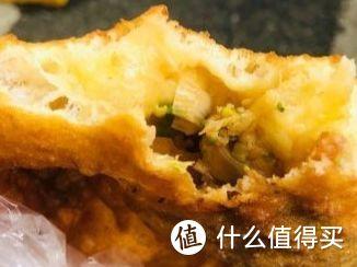 鸡冠饺(里面有猪肉、韭菜、葱调好的馅)