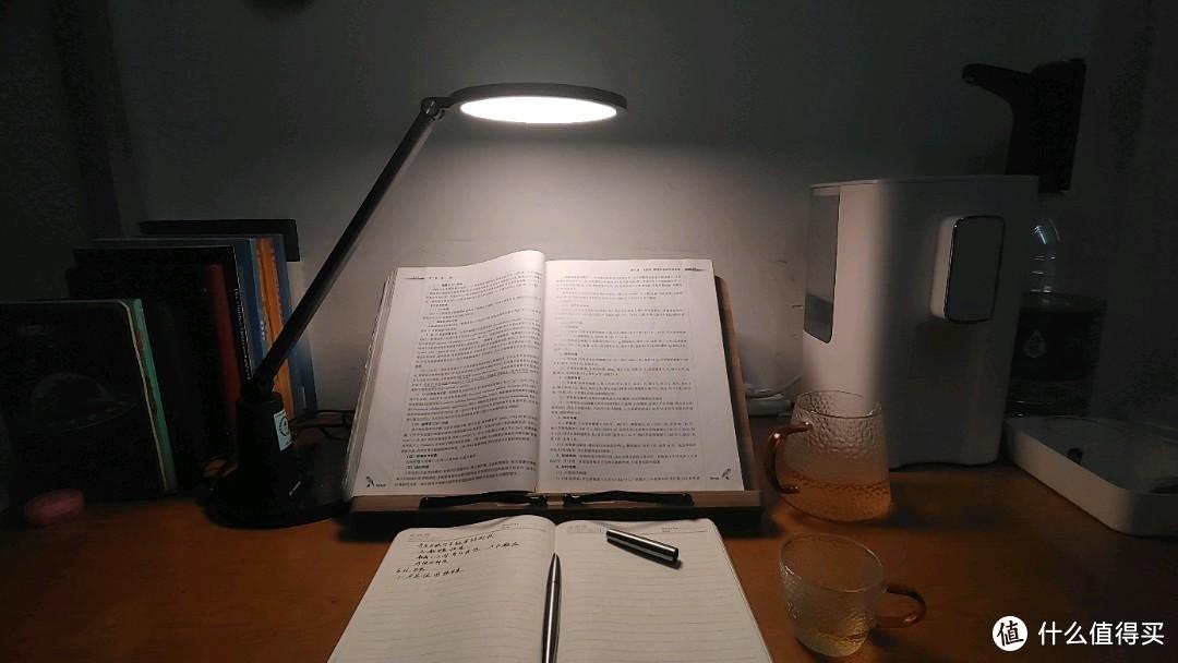 我的宿舍的书桌。