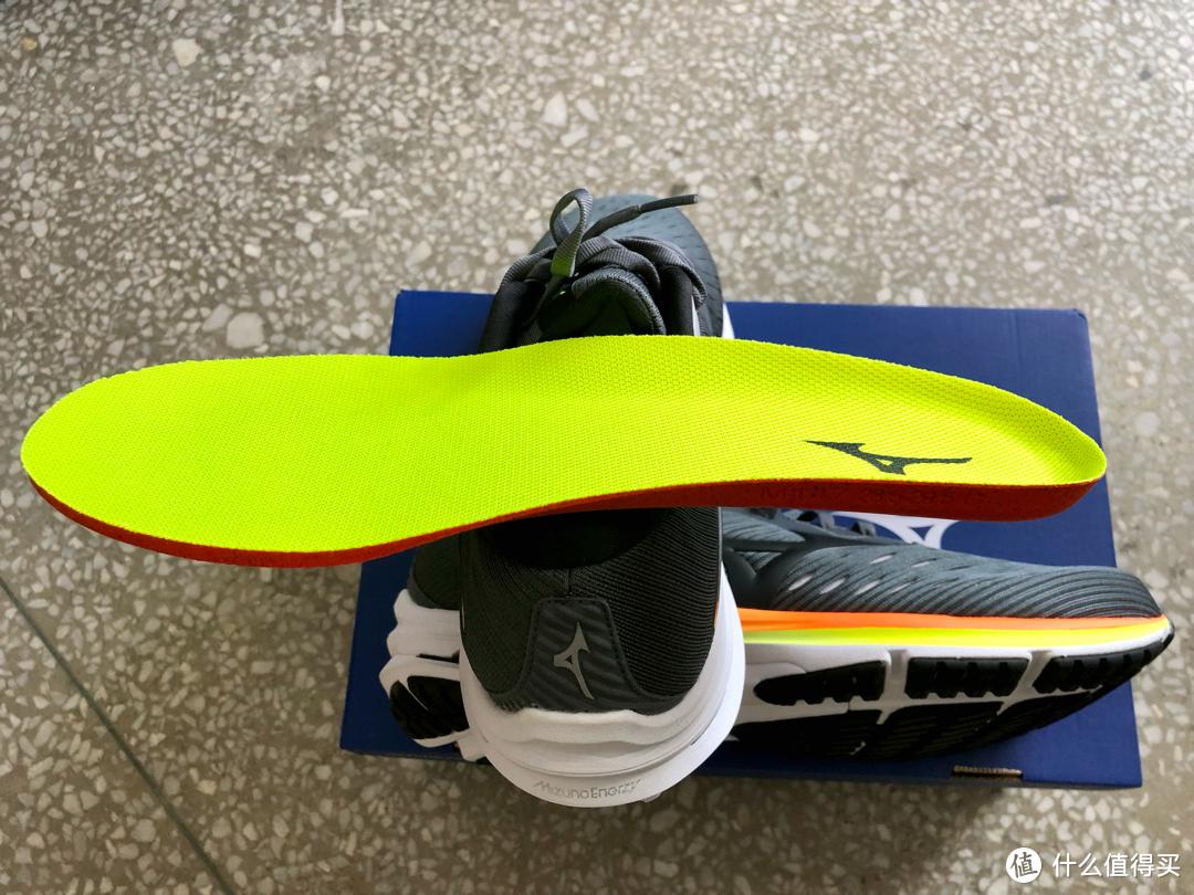 鞋垫有一定的厚度,配色与鞋边一致
