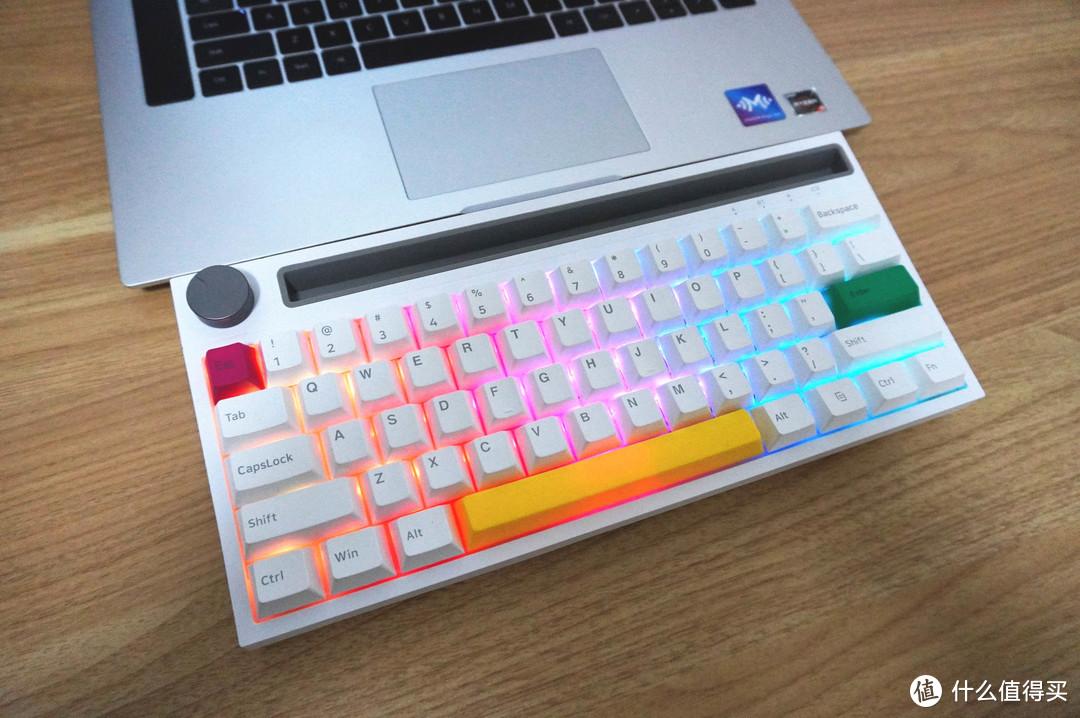 黑爵62键小键盘打造极简桌面,还有音量滚轮、凹槽支架