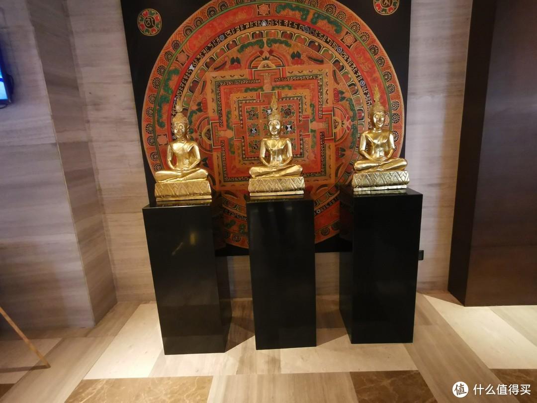 这摆着的三个金色神像不知道是不是指这的三大神