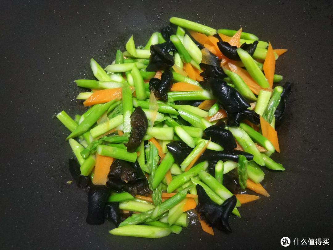 芦笋炒虾仁,有人过油有人焯水,选对做法,芦笋鲜嫩入味不油腻