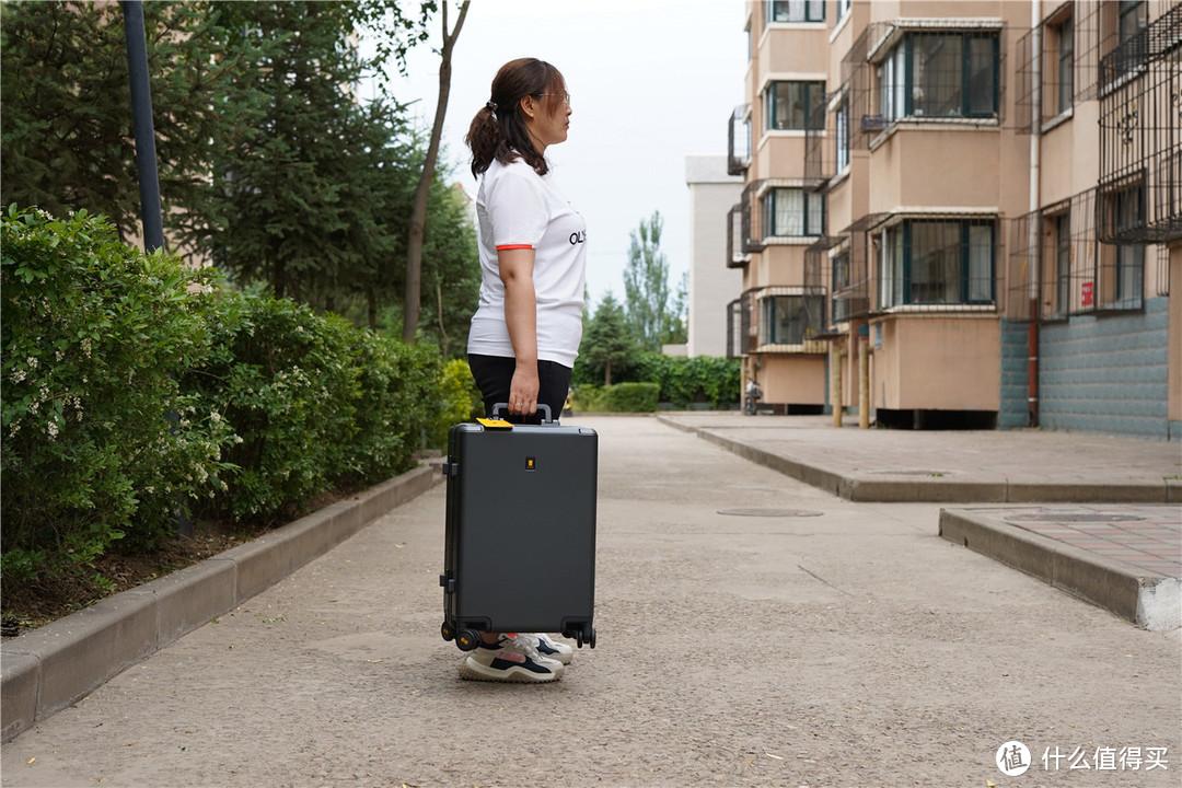 高颜值的地平线8号商务行李箱提升日常通勤耐用性和安全性