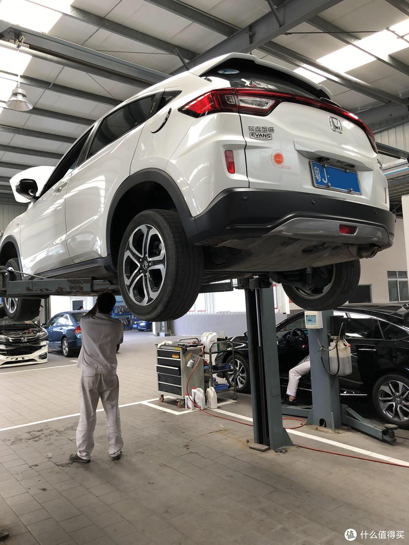 升高车子细心检查底盘、刹车系统、轮胎磨损等等,这比外面的快修店规范多了。
