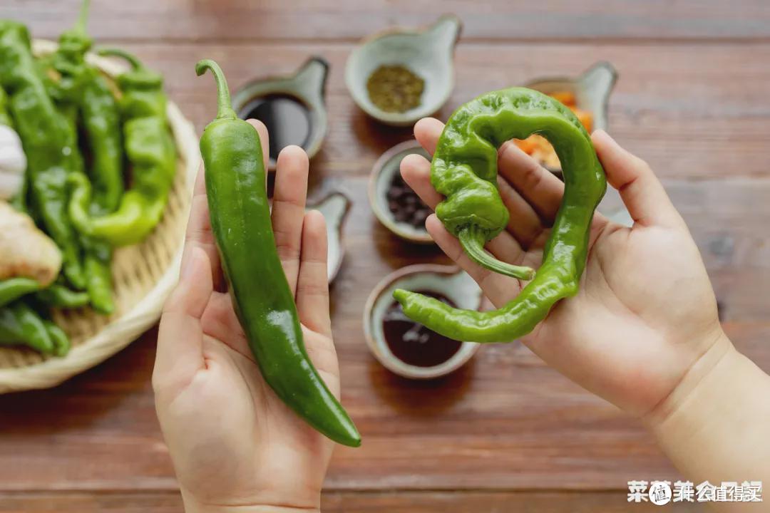 左边是菜椒;右边是螺丝椒