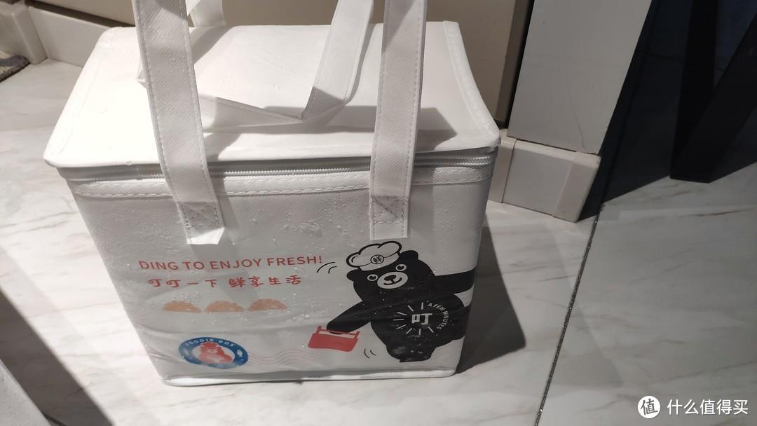 上层冰袋拿掉后,泡沫箱里是一个帆布袋。
