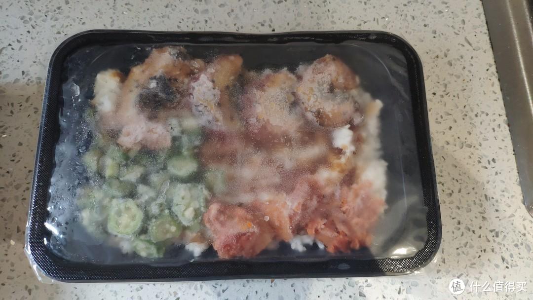 鳗鱼饭,去掉纸包装的样子,里面有4块鳗鱼,一些秋葵,还有类似咸菜的东西(我不知道是什么)