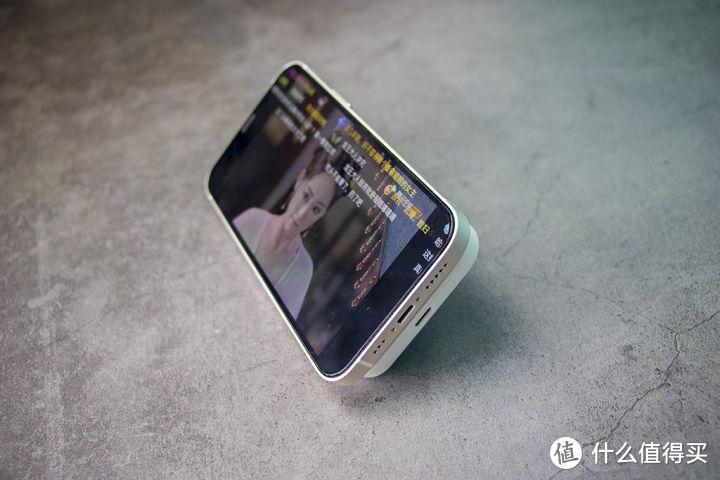 吸附在手机上的充电宝——iWALK磁吸充电宝