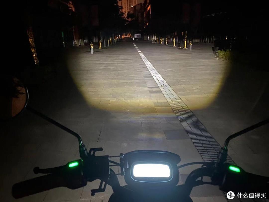 A40是自动大灯,在光线明亮的情况下自动关闭,夜晚会自己打开,省去了很多操作的过程