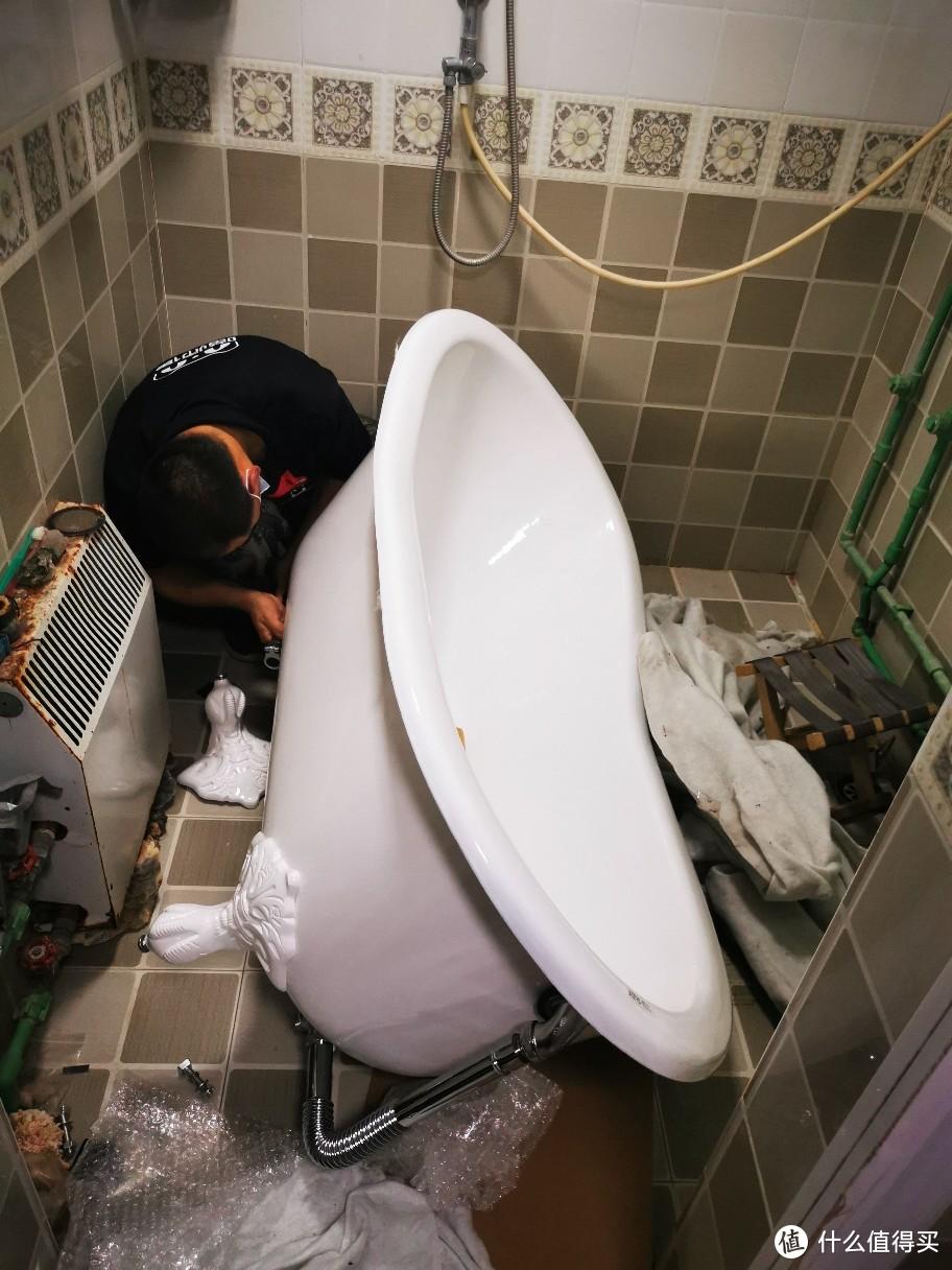 师傅在安装浴缸