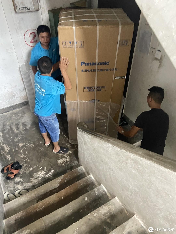 老小区,没电梯,师傅搬的很辛苦。。