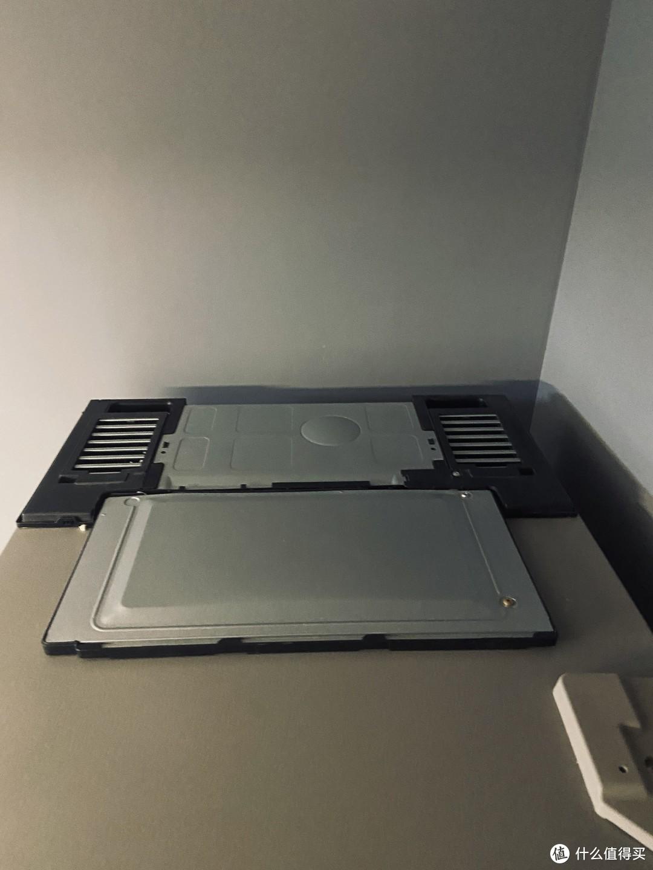 冰箱顶部,两个散热孔,好像20年开始的都是2个了,以前是1个散热口