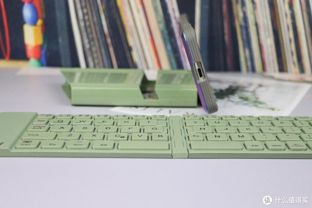 航世折叠蓝牙键盘,让键盘的体积更易收纳