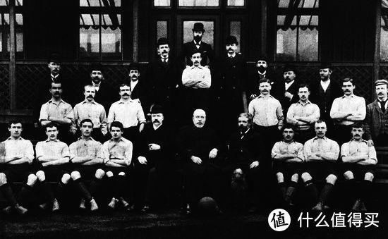 前排中间的利物浦创始人——约翰•霍尔丁