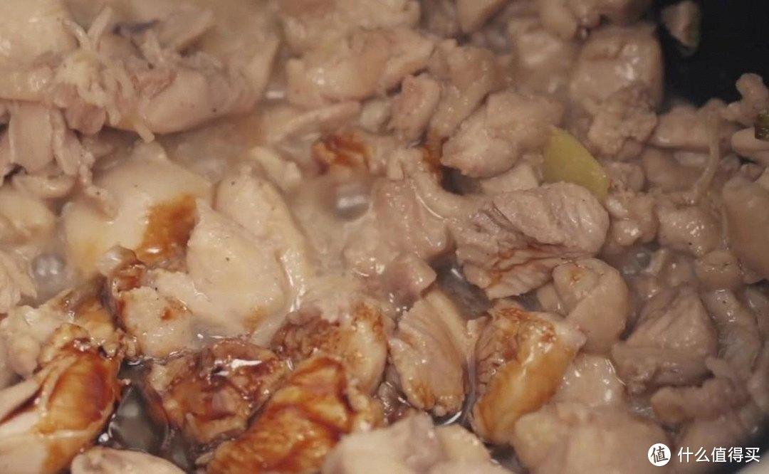 电饭煲鸡腿焖饭,喷香喷香的,有菜有肉又有饭
