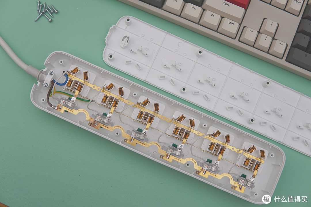 再多插头也插得下,用aigo六位六控插线板改造凌乱桌面