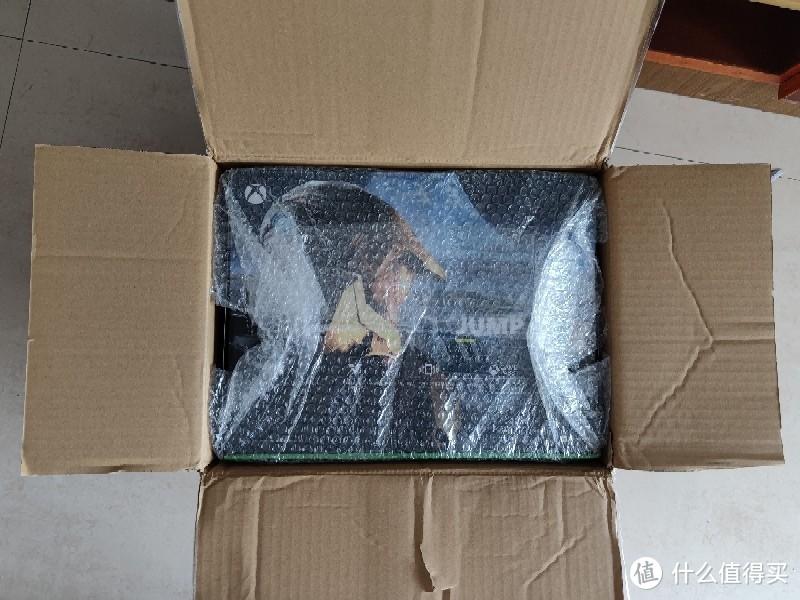 盒子用泡泡纸包了一层,除了边角有轻微挤压基本完美