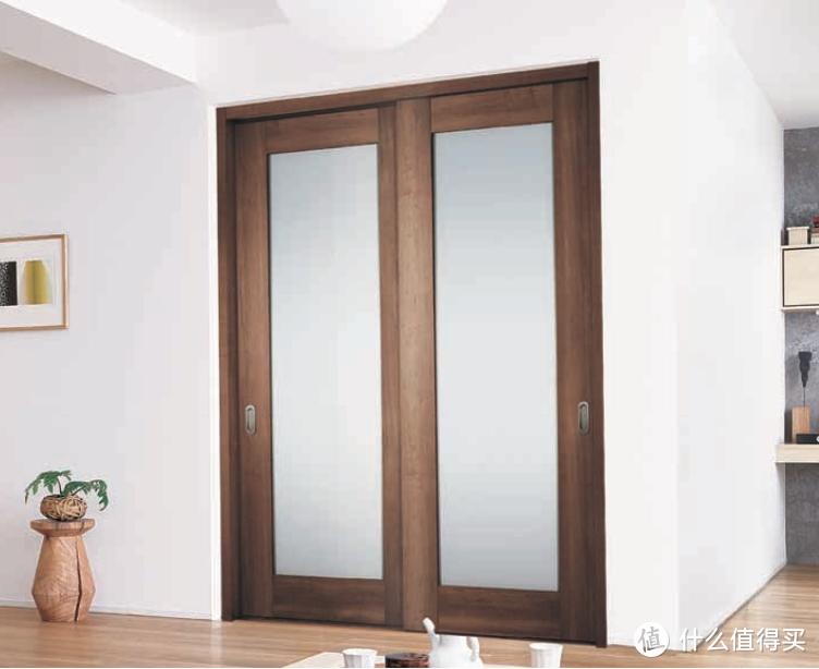 书房使用推拉门配磨砂玻璃,同时兼顾采光和私密