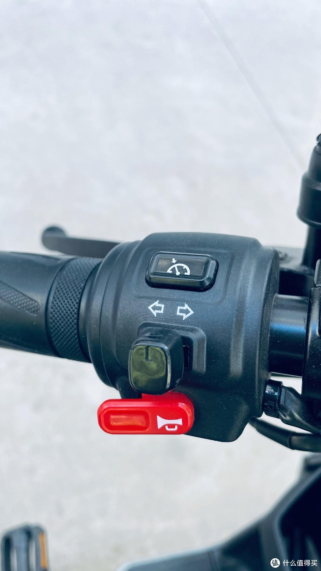 左车把按钮, 定速巡航, 转向, 喇叭. 这里要说这个缺点, 转向按钮是往两边拨的,拨完自动回正, 但是转向灯没有声音提示, 只有仪表显示, 那么我每次打了转向, 很容易忘了关, 要么勤看仪表, 要么勤看灯, 低头看影响安全性了. 希望小牛要么加个声音, 要么改成不自动回弹的按钮.