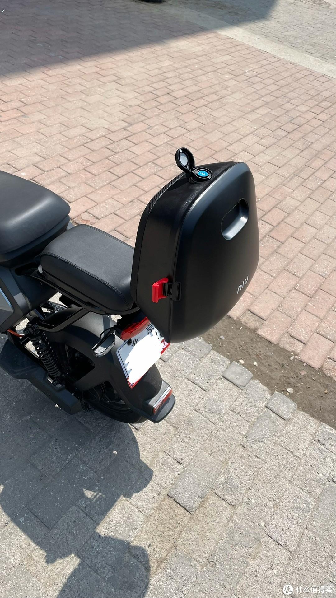 选了个这样的尾箱. 靠背一体化的, 能靠, 能装, 也都黑色的, 跟车身融合, 视觉上统一, 简化视觉的设计, 也是一种美的方法.