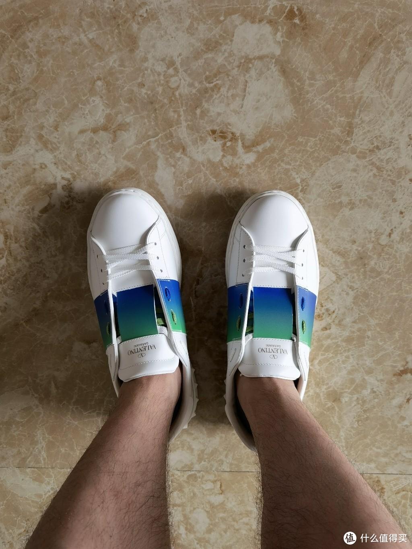 有舒适度有颜值,价格还挺实惠。华伦天奴Valentino男士板鞋入手