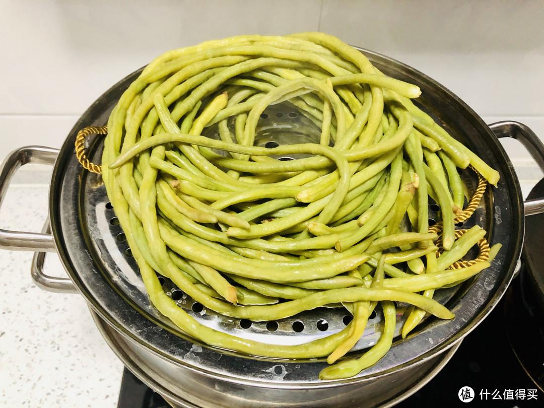 夏天遇到此菜我从不手软,一次买几十斤,晒成干菜留着冬天炖肉吃