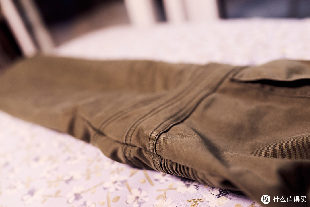 从侧面看膝盖这个部位衔接的很奇特,像是前面一片和后面一片紧紧裹着一样。
